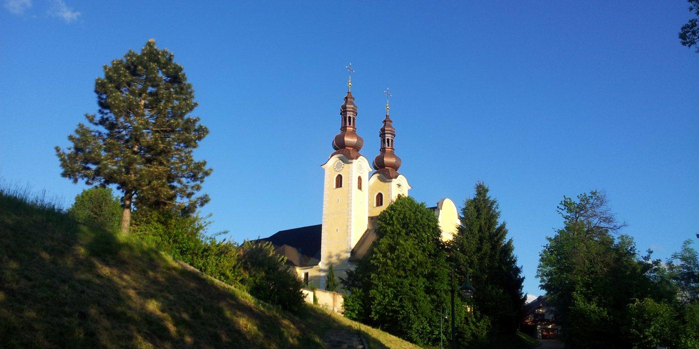 © Foto: Pfarre Maria Rain - Die Pfarrkirche Maria Rain in der Morgensonne