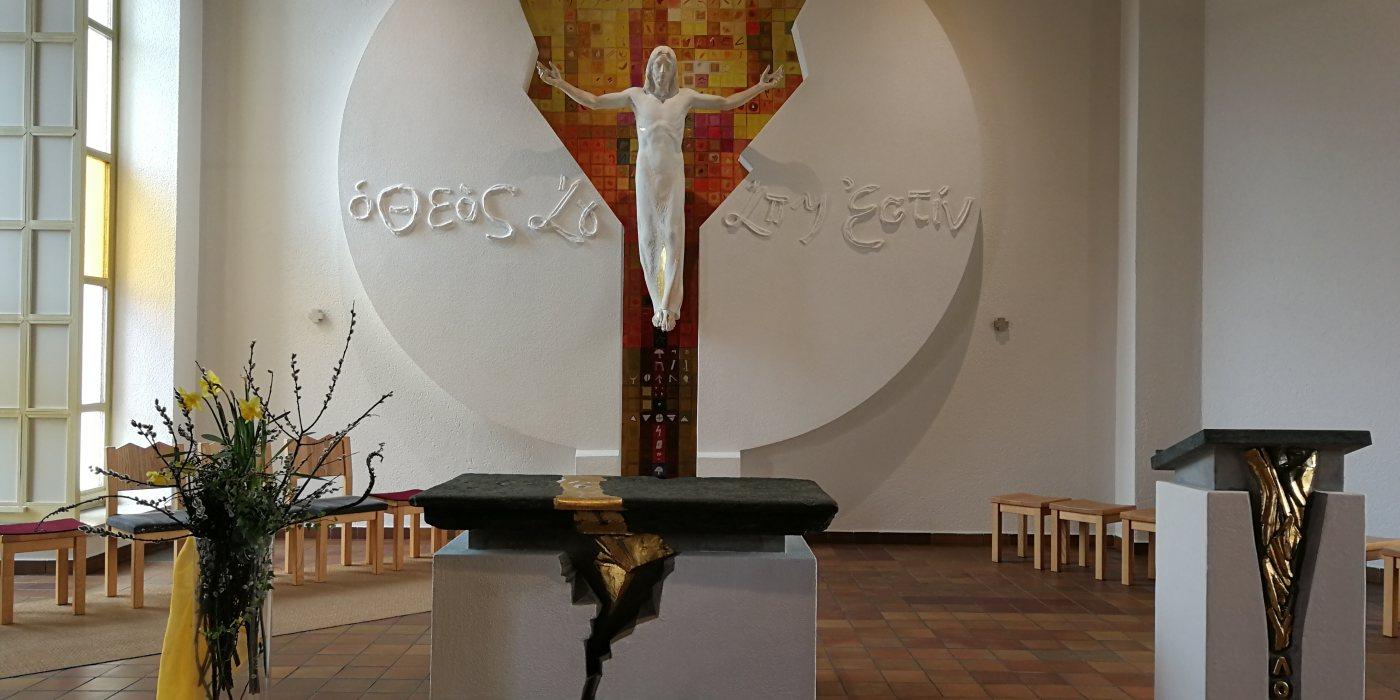 © © Foto: Der Altarbereich von St. Modestus: Der auferstandene Christus kommt mit geöffneten Armen entgegen