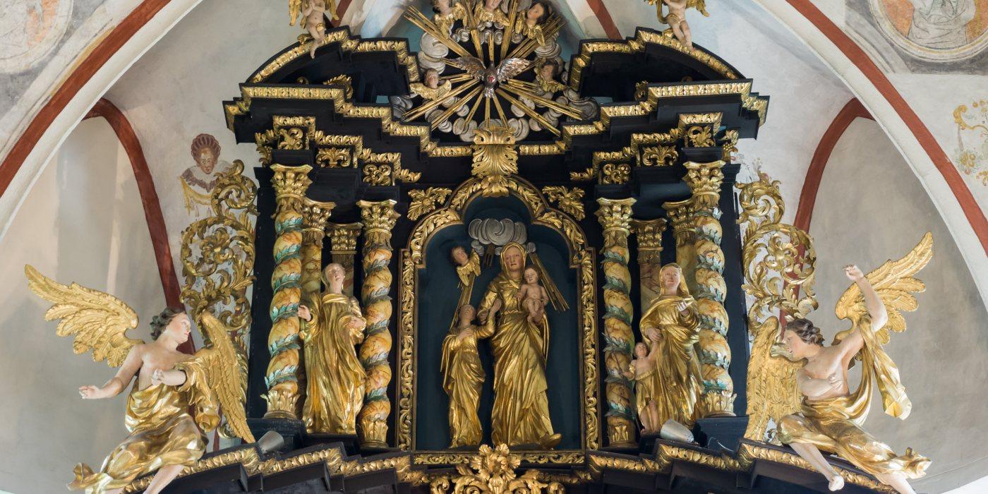 © Foto: Mag. Bernhard Wagner: Oberer Teil des Hochaltars, im Zentrum die Hl. Anna mit Maria und dem Jesuskind