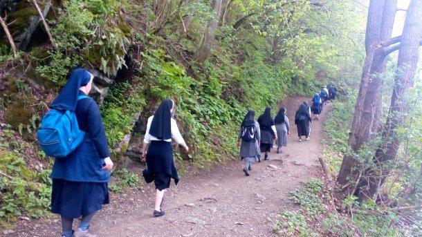 Bild: Kärntner Ordensfrauen auf dem Weg des Buches