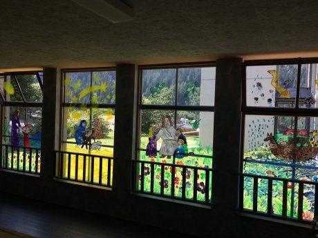 Bild: Kinder gestalten Fensterbilder