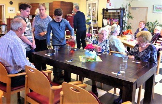 Bild: Firmlinge im Altenheim