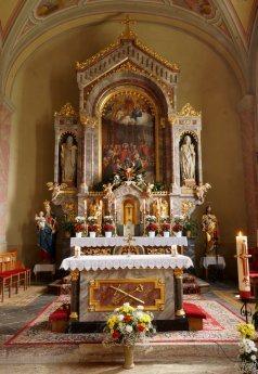 Bild: Osterkreuz + Altäre unserer Pfarrkirche