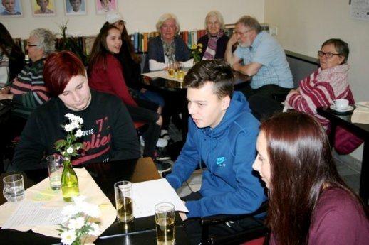 Bild: Firmlinge besuchen das Altersheim