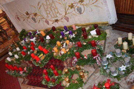 Bild: Adventkranzsegnung / Pletenje in blagoslov adventnih vencev