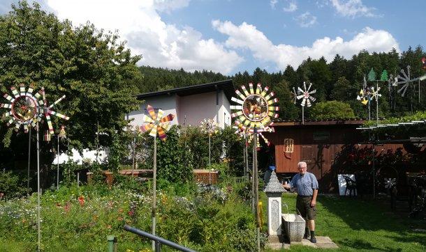 Bild: Ein Windrad für den Pfarrhof in Neuhaus • Nova vetrnica za Suho