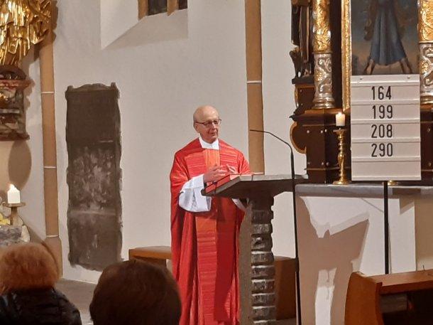 """Bild: Prälat Hribernik bei der Heilig-Haupt Andacht in St. Margarethen: """"Für Gott gibt es keine aussichtslose Situation!"""""""