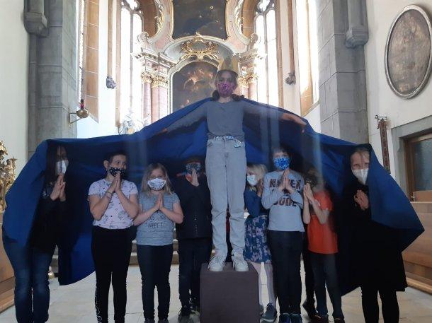 Bild: Maria und ihr Schutzmantel: Eine vielfältige Kinder-Maiandacht auf dem Weg zur Kommunion