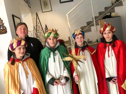 Pfarrer Christian Stromberger mit der Firmlingssternsingergruppe (© Foto: kh.t)