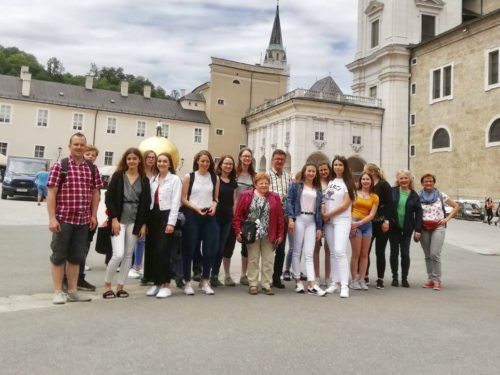 Gruppenfoto am Domplatz vor dem Salzburger Dom (© Pfarre Wolfsberg).
