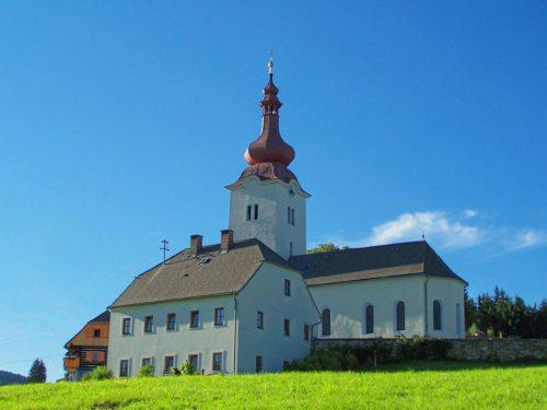 Pfarrkirche und Pfarrhof bilden den spirituellen Mittelpunkt des idyllischen Bergdorfes Forst. (© Foto: Mag. C. Smolle)