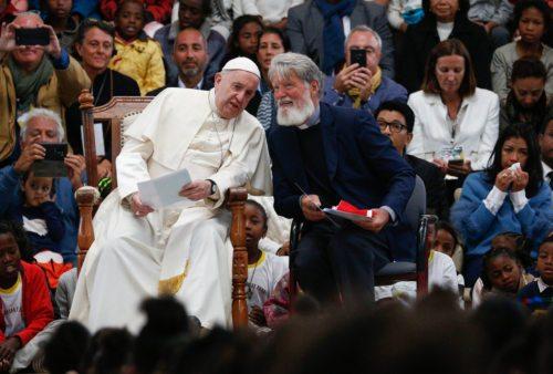 Papež Frančišek in Pedro Opeka v združenju Akamasoa, kjer je tudi Koroška vas (foto: KNA)