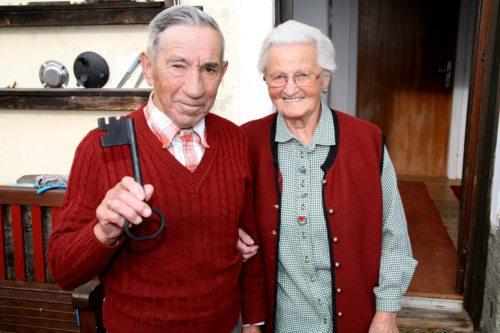 Mesnerehepaar Sophie und Peter Hartenberger. Sie betreuen die Kirche St. Radegund in Hohenfeld.  (© Foto: Ingeborg Jakl)