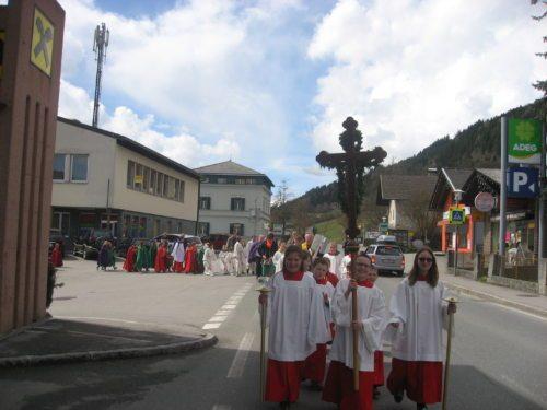 Prozession der Ministranten/innen zur Pfarrkirche St. Katharina in Greifenburg (© Foto: Archiv der Katholischen Jungschar)