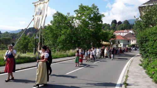 Prozession durch den Ort (© Foto: Georg Tangerner)