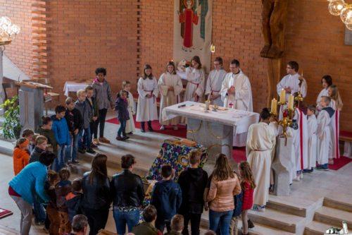Molitev okrog oltarja (© Foto: Miro Wakounig)