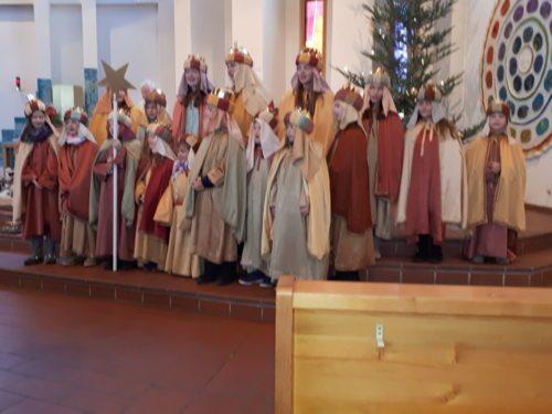Ein Teil der Sternsingergruppen präsentierten sich bei den Teilnehmern des Gottesdienstes. (© Foto: Fotoalfa_DoBo)
