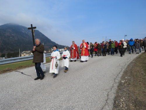 Prozession zur Kirche (© Foto: ED)