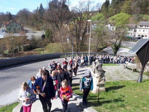 Prozession zur Kirche Maria Trost (© Foto: Pfarre Maria Rain)