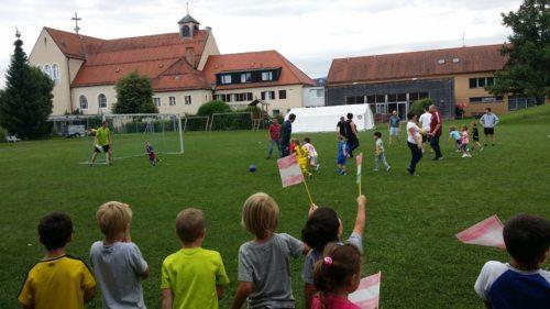 Fußballspiel Eltern - Kinder unseres Pfarr-Kindergartens (Foto: phs)