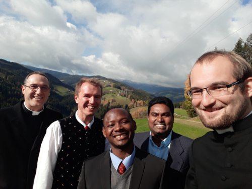 Gemeinsam mit Pfarrprovisor Nirmal Kumar Yarramalla (Priesterseminar)