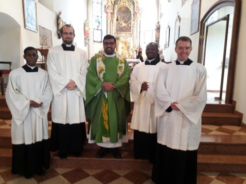 Die Pfarrgruppe gemeinsam mit dem Seelsorger Lynsle Dileepa Edirisinghe (Priesterseminar)
