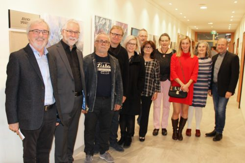 Völkermarkter KünstlerInnen mit Caritasdirektor Marketz (zweiter von links) und Moderator Raimund Grilc (erster von links) vor den Werken, die in der Begegnungswoche geschaffen wurden. (Foto: Caritas Kärnten)
