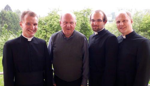 Die Pfarrgruppe gemeinsam mit Pfarrer Mag. Anton Rindler (Priesterseminar)