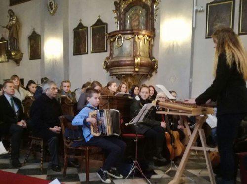 Schülerinnen und Schüler des Bischöflichen RG/ORG St. Ursula gestalteten den Festgottesdienst musikalisch mit (© Foto: RG/ORG St. Ursula)