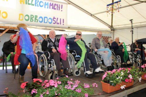 Die Bewohnerinnen und Bewohner gestalteten mit einem Sitztanz das Jubiläumsfest mit - Foto: Simon Trießnig/Caritas