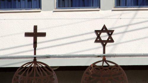 """Kreuz und Davidstern: Mögen sie sich manchmal auf die Nerven gehen, """"Brüder bleiben sie trotzdem"""". (© Foto: Sonntag)"""