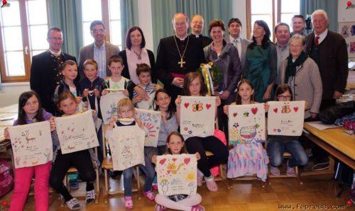 Bischof Schwarz zu Besuch in der VS Wachsenberg (© Foto: m. schusser, fepress)