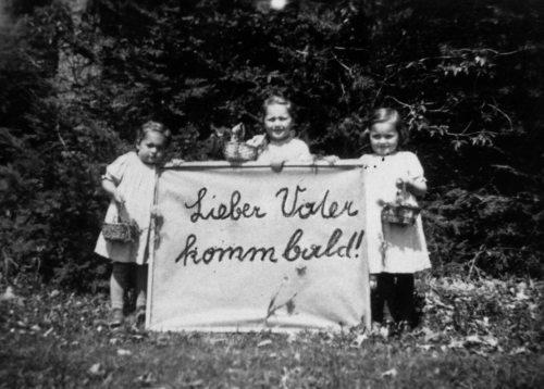 Jägerstätters Töchter mit einem Transparent, das sie ihm ins Gefängnis geschickt haben  (© Foto: Erna Putz, Diözese Linz)