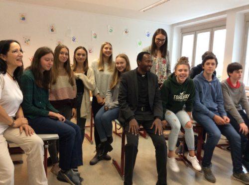 Father Petros Berga unter Schülerinnen und Schüler (Foto: Höfferer)