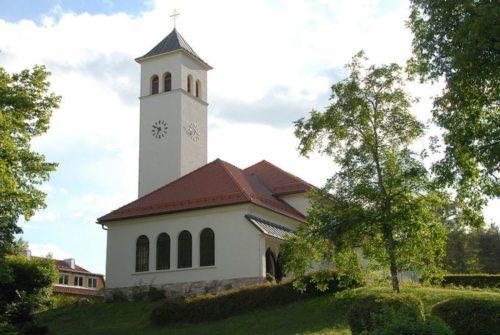 """Die Pfarrkirche Velden am Wörthersee ist """"Unserer Lieben Frau"""" geweiht. Sie wurde vor 80 Jahren, unter Pfarrer Franz Xaver Kaleja nach den Plänen von Architekt Franz Baumgartner im Stil der """"Wörthersee-Architektur"""" erbaut. (Foto: Pfarre Velden)"""