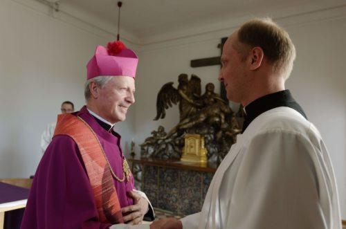 Diözesanadministrator Dompropst Msgr. Dr. Engelbert Guggenberger nahm Robert Thaler, MSc unter die Weihekandidaten zur Diakonen- und Priesterweihe auf. (Priesterseminar / Piotr Karaś)