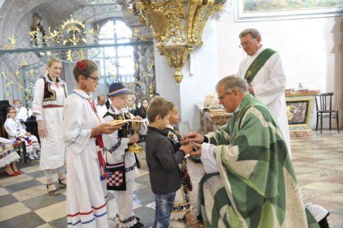"""Ordinariatskanzler Ibounig feierte anlässlich des """"Sonntags der Völker"""" eine hl. Messe im Klagenfurter Dom. Foto: Gotthardt/Nedelja"""