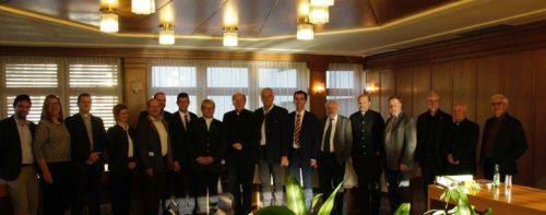 Diözesanbischof Schwarz mit den Bürgermeistern (und der Bürgermeisterin) und Priestern des Dekanates (© Foto: fotomax)