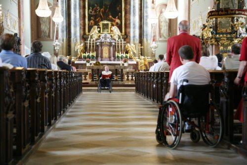 Sonntagsmesse in Klagenfurt-St. Egid: Die Lesung wird vom Rollstuhl aus gelesen. (© Foto: Haab)