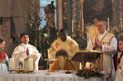 Abschied von Pfarrer Benoit und Willkommen von Pater Vijaya (© Foto: TUP)