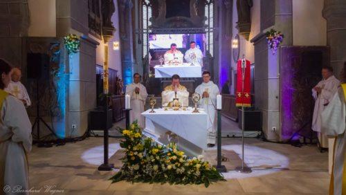 Erzbischof Jan Romeo Pawlowski mit Geistlichen und Ministranten um den Volksaltar versammelt (© Foto: Mag. Bernhard Wagner).