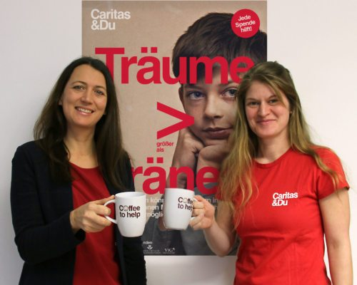 Caritas Mitarbeiterinnen Alexandra Blattnig (li.) und Theresa Sacher vor dem Plakat der Caritas-Kinderkampagne 2018 (© Foto: Caritas Kärnten)