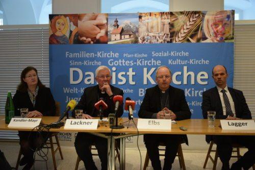 Der Apostolische Visitator Erzbischof Franz Lackner mit seinem Visitationsteam bei der Abschlusspressekonferenz in Salzburg (Foto: Kathpress/Klingen)