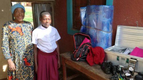 Bahati freut sich über die für den Besuch der Schule neu gekauften Schulsachen! (© Foto: Christa Thonhause - Bruder und Schwester in Not)