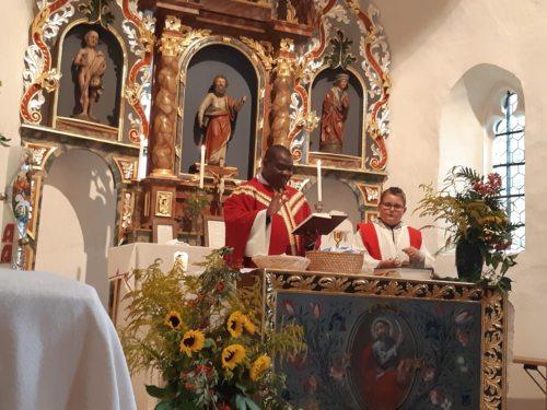 Pfarrer Ephraim segnet das Getreide. (Foto: Hermine Sereinig)