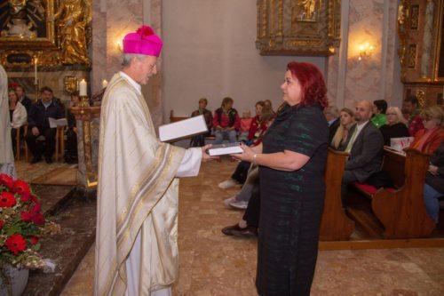 Diözesanadministrator Guggenberger überreicht Pastoralassistentin Knapp die Heilige Schrift (Foto: Manuel Freitag)