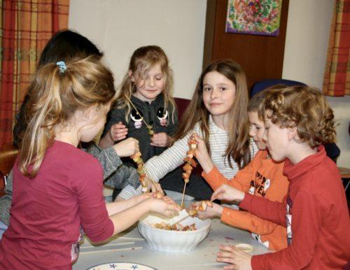 """Beim """"biblischen Kochen"""" erleben Kinder im Alter von sieben bis zwölf Jahren die Bibel kulinarisch. Foto: Pressestelle"""