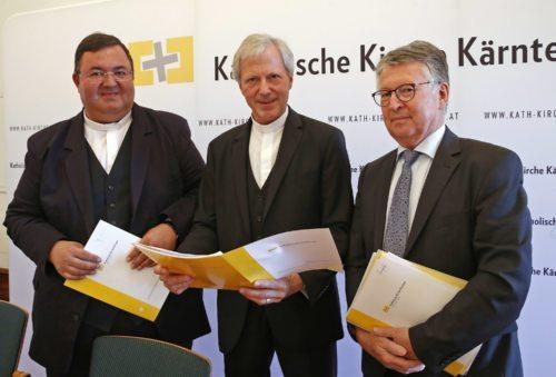 Poslovodja posestva Krka in ekonom stolnega kapitlja Gerhard Kalidz, stolni prošt Engelbert Guggenberger in škofijski ekonom Franz Lamprecht so podali finančno poročilo (Eggenberger)