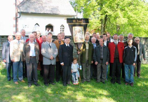 St. Josefbruderschaft St. Paul: Fahnenweihe mit Pfarrer Anton Matzneller, 2007 (Bild: Hermann Fritz).