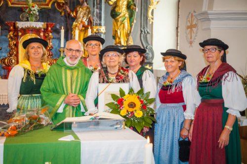 Pater Siegried Müller SDB mit dem Vorstand der Trachtengruppe Waisenberg Trixnertal (Bild: TG Waisenberg-Trixnertal)